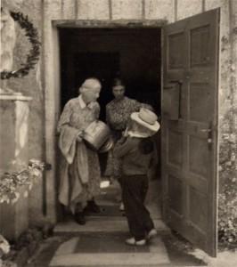 Hertha Pixis (links) auf dem Weg zu den Bienen
